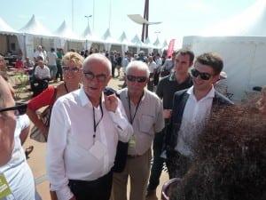 Martin Malvy entouré de militants lotois devant l'espace Encan