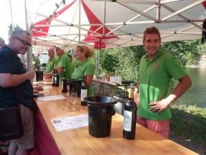 Sur leurs stands, avec leurs teeshirts verts, les vignerons proposent des crachoirs