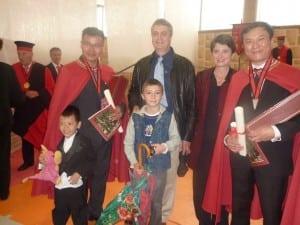 les 2 ressortissants chinois avec la famille Baldès